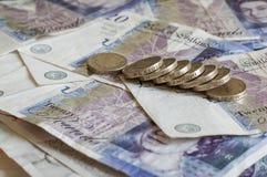 Stapel des Geldes und des Staplungsgbp Sterling der münzenbritischen pfunde Stockbilder