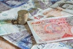 Stapel des Geldes und des Staplungsgbp Sterling der münzenbritischen pfunde lizenzfreies stockfoto