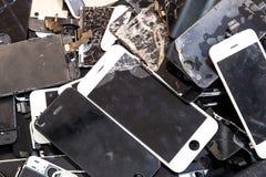 Stapel des geschädigten intelligenten Telefonkörpers und des gebrochenen LCD-Bildschirms stockfoto