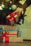 Stapel des Geschenks, zum sich unter den Weihnachtsbaum zu setzen Stockbilder