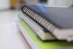 Stapel des gewundenen Notizbuches lizenzfreie stockbilder