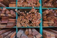 Stapel des Holzes gespeichert auf Lager Lizenzfreie Stockfotos