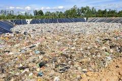 Stapel des inländischen Abfalls in Thailand. Stockbild