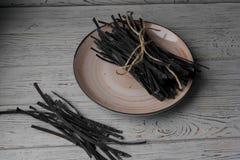 Stapel des italienischen Hauses machte rohe Teigwaren auf einer Platte Stockbild
