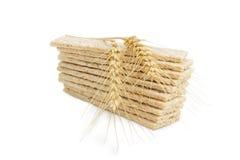 Stapel des Multikornknusprigen brotes und der Weizenährenahaufnahme Stockbild
