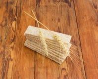 Stapel des Multikornknusprigen brotes und -Weizenähren auf ihr Lizenzfreie Stockfotos
