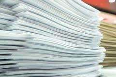 Stapel des Papiers auf meinem Schreibtisch bei der Arbeit Lizenzfreies Stockfoto