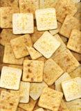 Stapel des quadratischen salzigen Crackerhintergrundes Viele gebackenen Graham-Cracker Stockbild