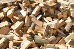 Stapel des rohen Brennholzes Lizenzfreie Stockbilder