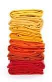 Stapel des Rotes und der Gelb gefalteten Kleidung Lizenzfreie Stockfotos