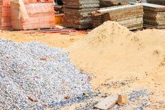 Stapel des Sandes und des Stahlblechs des Steins im Baugewerbehaus erneuern stockfotografie