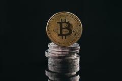Stapel des Stapelns prägt mit goldenem bitcoin auf die Oberseite, König alles c Lizenzfreie Stockfotografie