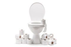 Stapel des Toilettenpapiers um eine Toilettenschüssel Lizenzfreies Stockfoto