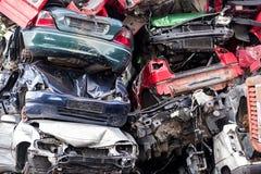 Stapel des weggeworfenen Altautos auf einem Autofriedhof, Konzept für Versicherung Stockfotografie