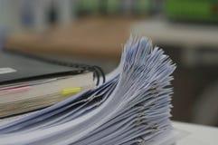 Stapel des weißen Dokumenten- und Schwarznotizbuches stockfotografie