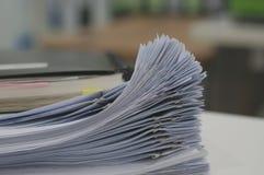 Stapel des weißen Dokuments und des Notizbuches stockfoto