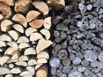 Stapel des zwei-farbigen Brennholzes Lizenzfreie Stockfotografie