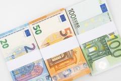 Stapel diverse euro die bankbiljetten op witte achtergrond worden geïsoleerd Stock Afbeelding