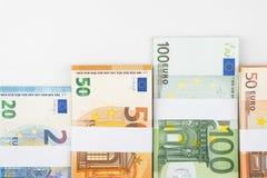 Stapel diverse euro die bankbiljetten op witte achtergrond worden geïsoleerd Stock Fotografie