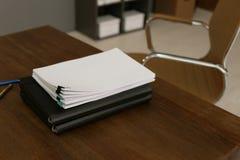 Stapel Dokumente auf Holztisch im Büro lizenzfreies stockfoto