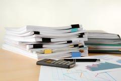 Stapel Dokumente auf Tabelle lizenzfreie stockbilder