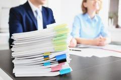 Stapel Dokumente auf Tabelle und unscharfen Arbeitskräften stockfotos