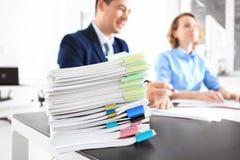 Stapel Dokumente auf Tabelle und unscharfen Arbeitskräften lizenzfreie stockbilder