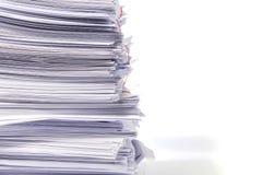 Stapel Dokumente auf Weiß stockfotos
