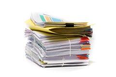 Stapel Dokumente auf Weiß lizenzfreies stockfoto