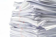 Stapel Dokumente auf Weiß stockfotografie