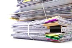 Stapel Dokumente auf Weiß lizenzfreie stockfotos