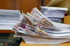 Stapel Dokumente am Fenster stockfoto