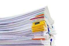 Stapel Dokumente lokalisiert auf Weiß Stockbilder