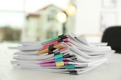 Stapel Dokumente mit Büroklammern lizenzfreie stockbilder