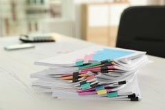 Stapel Dokumente mit Büroklammern stockfoto