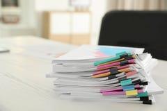 Stapel Dokumente mit Büroklammern lizenzfreies stockfoto