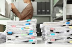 Stapel Dokumente mit Büroklammern lizenzfreie stockfotografie