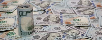 Stapel Dollar auf Geldhintergrund Lizenzfreies Stockbild