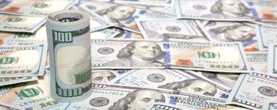 Stapel dollars op geldachtergrond stock foto