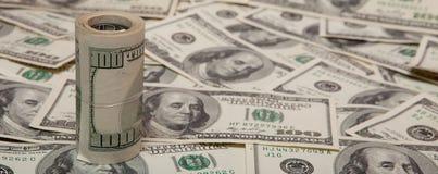 Stapel dollars tegen de achtergrond van geld stock afbeelding