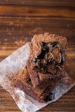 Stapel eigengemaakte brownies op donkere humeurige achtergrond De close-up van de chocoladecake Royalty-vrije Stock Fotografie