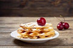 Stapel eigengemaakte wafels met kersen stock afbeelding