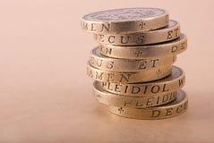 Stapel ein-Pfund-Münzen Stockfotos