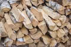 Stapel eines Birkenbrennholzes Lizenzfreie Stockfotos