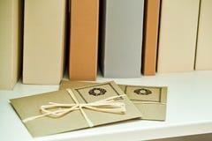 Stapel enveloppen van ambachtdocument op een lege boekachtergrond stock foto's