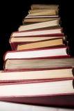 Stapel Enzyklopädienbücher über schwarzem Hintergrund Stockfoto