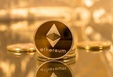 Stapel ethereum Münzen mit Goldhintergrund Lizenzfreie Stockfotografie