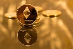 Stapel ethereum Münzen mit Goldhintergrund Stockbild
