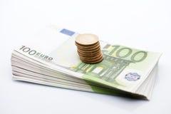 Stapel 100 euro bankbiljetten en stak muntstukken Royalty-vrije Stock Fotografie