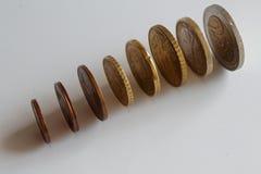 Stapel euro muntstukken op een rij op geïsoleerde witte achtergrond Royalty-vrije Stock Foto's